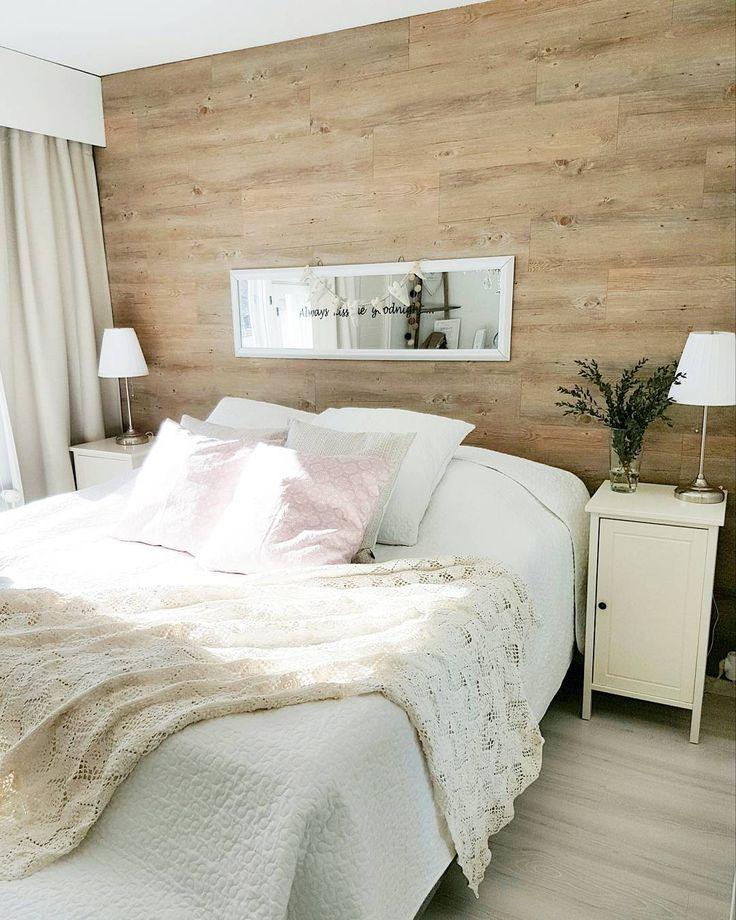 Vinyylilankku makuuhuoneen seinällä tuo lämpöä ja kodikkuutta tilan tunnelmaan.