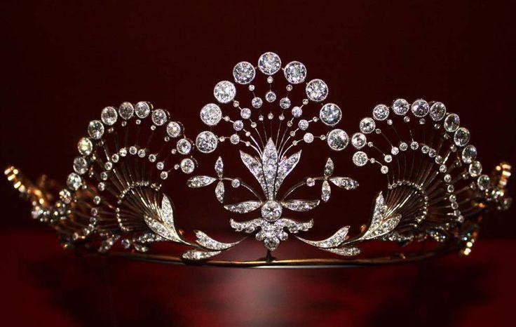 Diamond, platinum and gold tiara, 1904, Paris, Dimensions Height = 6.50 cm; Width = 18 cm; Depth = 12 cm