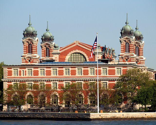 Ellis Island Immigration Museum, New York. Le bâtiment principal de Ellis Island, retrace aujourd'hui l'histoire de l'immigration aux USA.  L'entrée du bâtiment est formée d'une longue arche surmontée d'un auvent de métal et de verre. Il faut l'imaginer foulée par des files d'immigrants, anxieux de savoir s'ils allaient pouvoir vivre le rêve américain . . .