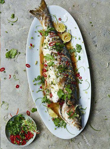 Морской окунь рецепты по-азиатски вам понравятся - легко, просто, вкусно и ароматно!  Продукты на 2 порции  1 морской окунь весом в 1,5 кг морская соль пучок зеленого лука 1 перчик чили, лучше красный кусочек свежего имбиря, размером в палец пучок кинзы 1 лайм  соевый соус кунжутное масло