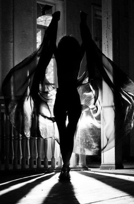 Hoewel de vrouw in de schaduw staat en ze helemaal zwart afgebeeld is, houdt ze een doek omhoog waardoor het lijkt alsof ze vleugels heeft, wat weer een onschuldig lijkt. - geen jaartal bekend.