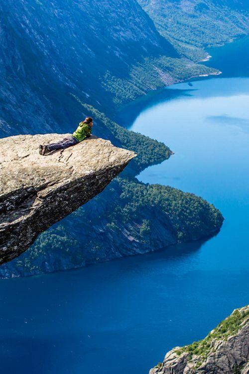 Acantilados, fiordos, montaña, nieve y mucha vegetación. Todo esto y mucho más lo encuentras en Noruega.