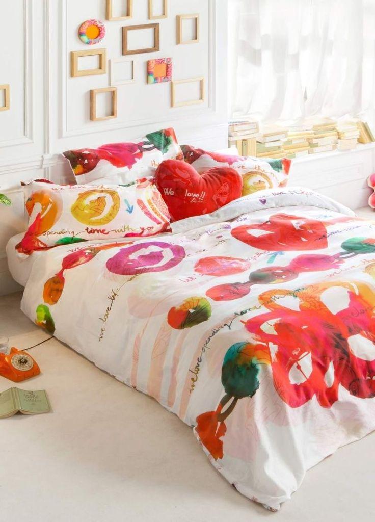 chambre coucher blanche avec une literie blanche motifs multicolores et dco murale en cadres - Decoration Chambre Hippie Chic