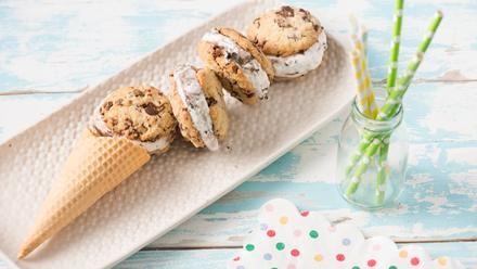 Stracciatella Cookie-Eis-Sandwich   Wir lieben Cookies und wir lieben Eis, also zaubern wir uns einfach ein Stracciatella Cookie-Eis-Sandwich. Entdecke ein tolles Rezept.