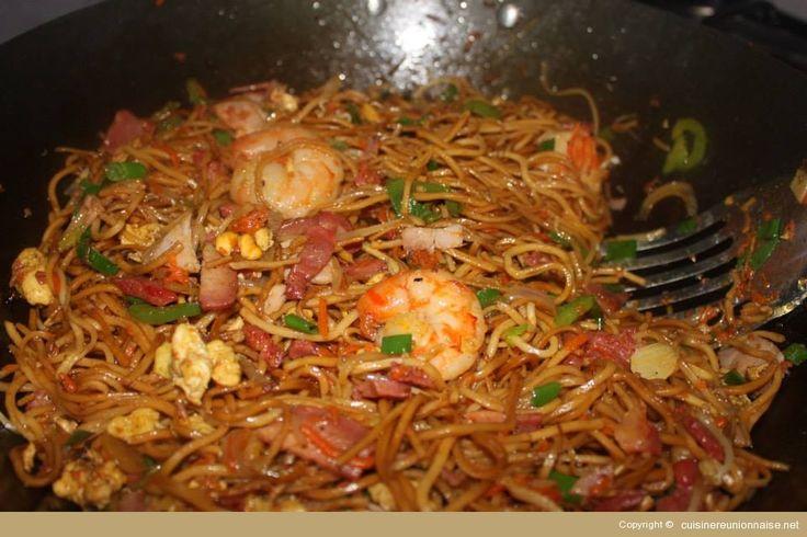 Recette de sauté de mines (nouilles) chinoises. Une recette classique de La Réunion. Ingrédients : 250gr de grosses crevettes (nettoyées), 4 oeufs...