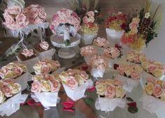 Kit R$650,90 corresponde ao seguinte:  - 1 Bouquet noiva; - 10 vasinhos com 6 rosas - 2 topiaras com 12 rosas grandes; - 2 arranjos de flores secas e hortencias desidratadas com rosas no vaso branco; - 1 arranjo grande de hortência no vaso branco; - 4 vasinhos com 9 mini rosas.  Lindo kit nas cores champagne e rosa com lacinhos de renda, ideal para vários temas de festas pela delicadeza e requinte, tanto das cores quanto o detalhe da renda!  Tudo com rosas em e.v.a, apresenta realmente o ...