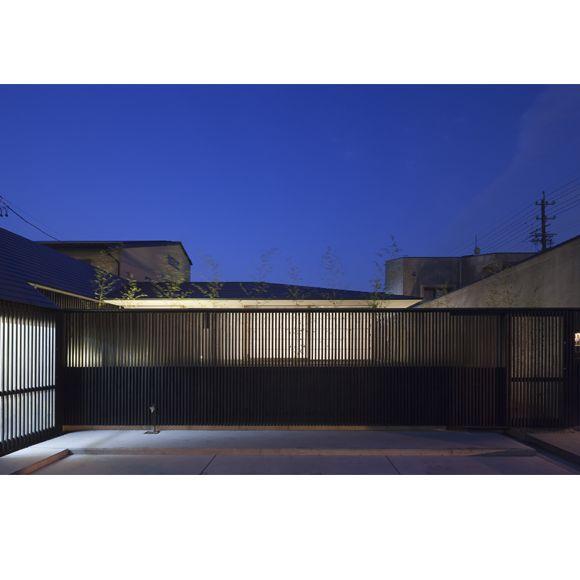 岐阜の街中に建つ住宅です。格子の奥は竹の庭があり、低く水平に延びた庇が印象的な外観をつくっています。