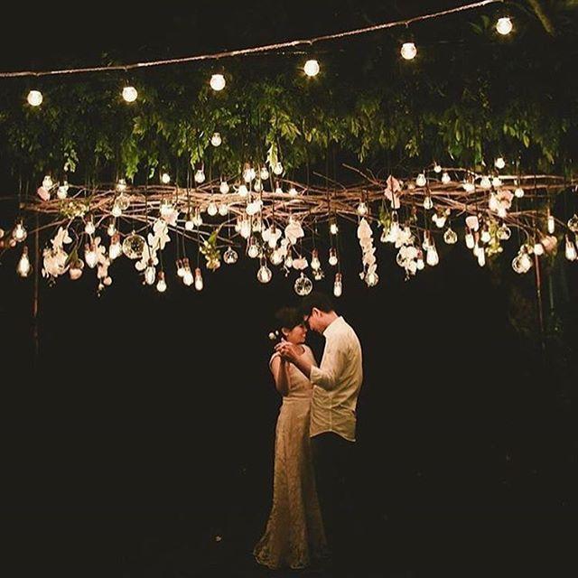 Primeira dança mágica para aquecer nossos corações! ❤️ Amo esse toque industrial nas luzinhas, com formatos e alturas diferentes. Chuva de amor! - 🇨🇦 Magical first dance to warm our hearts up! Love the industrial touch in the lights! {: @dinnywg via @aboutparties} #berriesandlove #firstdance #primeiradança #luzinhas #weddingphotography #onamorocomeçanocasamento