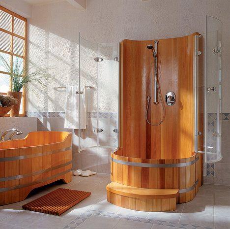 Opravdová venkovská koupelna – vana a sprchový kout jsou v efektním stylu kádí. Pro běžný interiér koupelny bude ale stačit, když použijete jednoduchou smaltovanou vanu, obklady v bílé nebo režné barvě a dřevěný nábytek; Sapeka