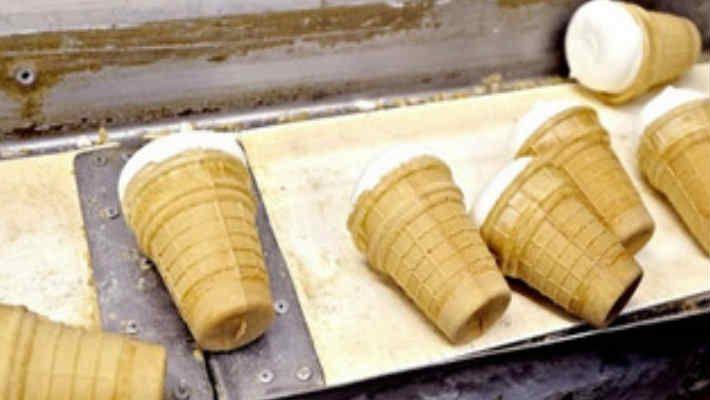 Вкусный домашний пломбир, совсем как раньше! В СССР пломбир готовился согласно ГОСТов: исключительно из цельного молока и жирных сливок, свежайших яиц, загустителем служил натуральный желатин или агар-агар. Заменять сливочное масло растительным спредом было немыслимо, впрочем, как и добавлять какие бы то ни было консерванты или отступать от классической рецептуры. Но эпоха легендарного советского мороженого закончилась. …