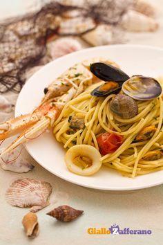 Gli SPAGHETTI ALLO SCOGLIO (seafood spaghetti) sono il primo piatto dell'estate, con vongole, #cozze, scampi e calamari. #video #ricetta #GialloZafferano #seafood #italianrecipe #italianfood
