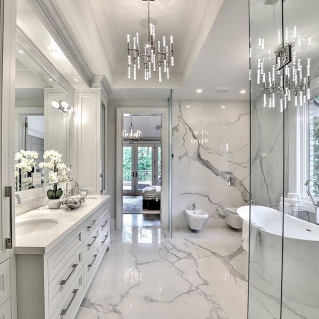 Omg I M Obsessed Incredibly Beautiful With Its Marble Walls Chandelier Glorious Decor Fab Modern Master Bathroom Bathroom Interior Design Bathroom Style