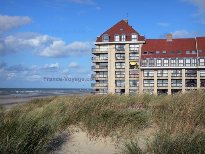 Bray-Dunes: Opal Coast: dunes with beachgrass (psammophytes), building and beach of the seaside resort, North Sea - France-Voyage.com