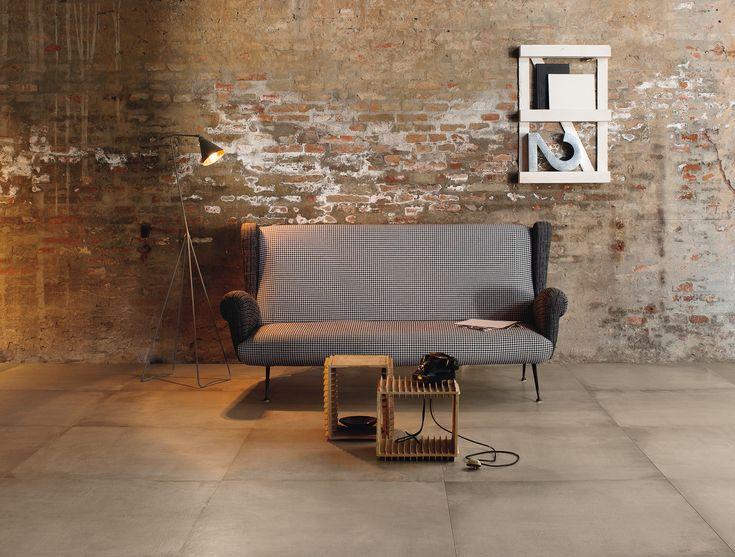 Betonlook (51-NT), te combineren met veel interieur stijlen, hier met veel sfeer in combinatie met schoon metselwerk. Ook in de grote maat 90x90, natuurlijk ook in 60x60. Tegelhuys