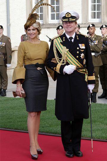 Las faldas tubo también le resultan sentadoras en outfits como este: de un tono más oscuro que la prenda superior y con el cinturón, le permiten proyectar una imagen positiva y una silueta armónica.