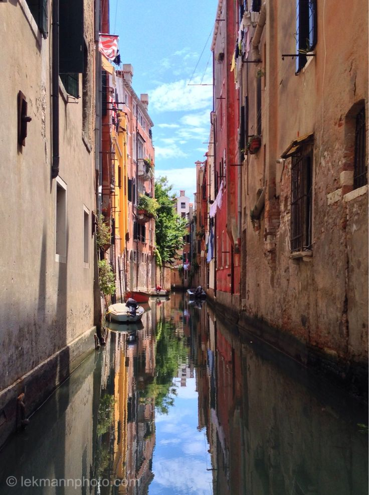 Venice is one of the most important tourist destinations in the world for its celebrated art and architecture. The city has an average of 50,000 tourists a day (2007 estimate). In 2006, it was the world's 28th most internationally visited city, with 2.927 million international arrivals that year. It is regarded as one of the world's most beautiful cities.