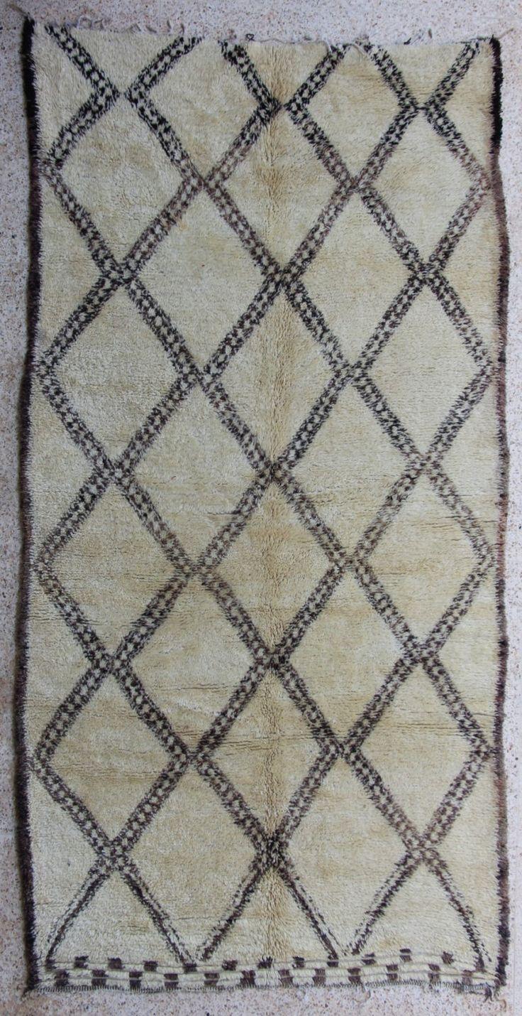 Tappeto a pelo vintage originale emozionante dalla tribù BENI OUARAIN, 100% lana naturale  la qualità della lana è denso e morbido, mucchio alto 30/40 mm design classico tradizionale fatto di grandi diamanti e simboli berberi  Tutti handloomed in morbida lana, fatto in alto nelle montagne dellAtlante, dove il tempo era freddo e i tappeti erano caldi...  Dimensioni: 395 X 205 cm (13 X 6,7 piedi)  Annata, 25/35 anni, in ottime condizioni  Siamo sourcing direttamente nei villaggi Stiamo…