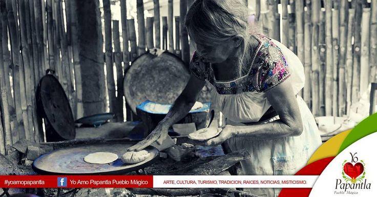 Abuela haciendo  tortillas