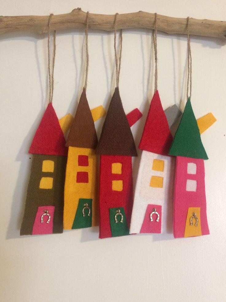 Felt houses for Xmas ornaments or charms #felthouses #handmadehouses #xmasdecor #christmasdecor #handmadedecor #handmadecharms #almanogr