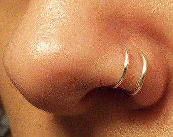 Lindo pequeño anillo de alambre puede utilizarse como un trago anillo o anillo de la nariz porque su ajustable. Hecho de alambre resistente al deslustre color plata 20. Mide unos 6mm de diámetro