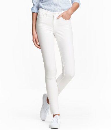 Vit denim. Ett par 5-ficksjeans i stretchig, tvättad denim. 199:- Jeansen har extra smala ben och normalhög midja.