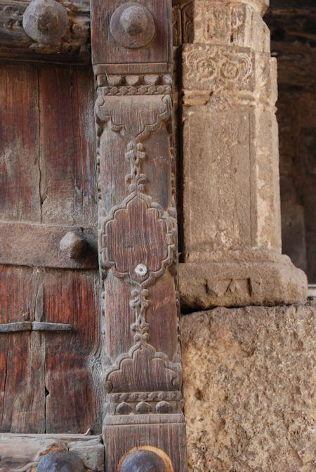 Daulatabad. Overal prachtig versierde poorten, deuren en gebouwen.