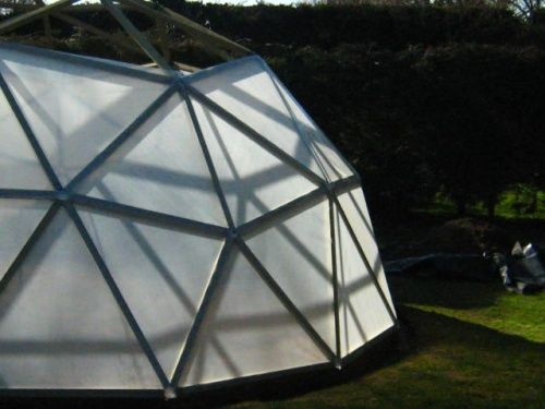Great post on a diy geodesic greenhouse d garden for Geodesic greenhouse plans free
