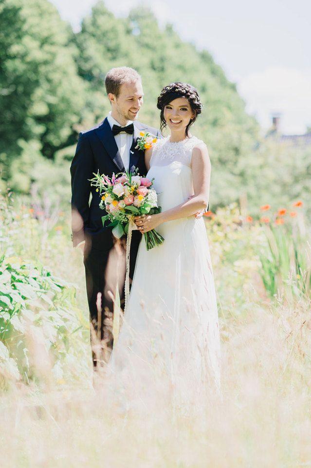 Een veld of weiland is in de lente de perfecte plek voor je trouwfoto's #bruidspaar #bruiloft #trouwen #huwelijk #trouwdag #lente #inspiratie Trouwen in de lente? Inspiratie voor een lente bruiloft | ThePerfectWedding.nl | Fotografie: Alexandra Vonk