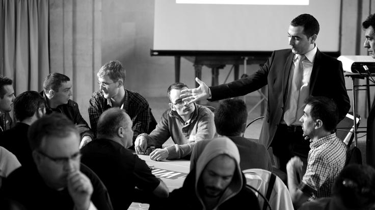 #WinaCT - Un des floor présente sa main aux joueurs du tournoi. #poker