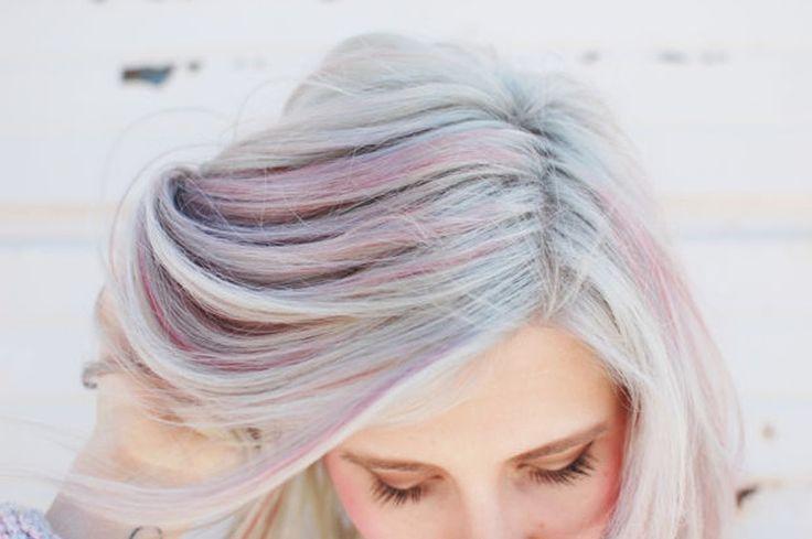 Opal hair Deze kleurrijke haartrend is geïnspireerd op de opaalsteen en werd bedacht door Aura Friedman. Om deze verschillende kleuren in je haar te krijgen begin je met een platinablonde basis. Vervolgens worden er mooie pastelkleurtjes aangebracht met een zilveren glans. Deze haarkleur heeft helaas veel onderhoud nodig, dus je moet regelmatig bezoekjes aan de […]