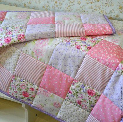 Купить или заказать Детское лоскутное одеяло в интернет-магазине на Ярмарке Мастеров. Лоскутное одеяло для девочки сшито на заказ. Размер 80х120 см. Может использоваться и как покрывало для стандартной детской кроватки. В комплекте наволочка на подушку 40х40 см. Хлопок высокого качества, производства США и Кореи: плотный, не леняет, не садится. Возможно изготовление подобного на заказ. Наполнитель может быть синтетическим или натуральным, по вашему желанию.