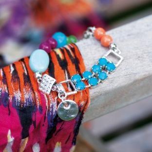 Deze kleurrijke armband met Swarovski kristallen, facet geslepen kralen en verzilverde tussenstukjes uit de collectie Parrot doen je verlangen naar een onbewoond eiland of een tropisch oerwoud. Een kleurrijk paradijs met witte stranden, exotische dieren en fleurige bloemen.