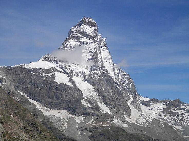 Una foto del Monte Cervino in tutto la sua maestosità con i suoi 4478 metri d'altezza, le sue piste da sci, i suoi rifugi e sentieri molto apprezzati dai turisti. B&B in regione Valle d'Aosta qui http://bedandbreakfast.place/it/bb-valle-d-aosta