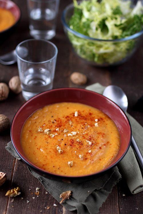 Pour 4 personnes : 1 patate douce 3 carottes 2 blancs de poireau 5 cl de crème liquide Quelques cerneaux de noix, paprika au moment de servir, sel ...