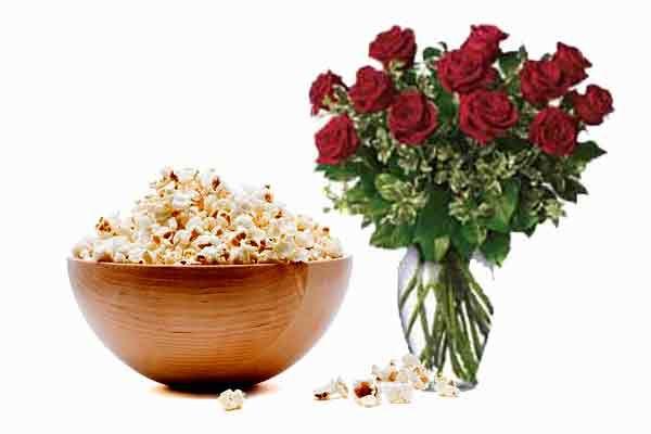 San Valentino. fiori film e popcorn per una serata d'amore