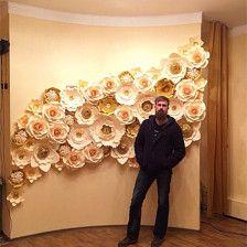 Esto es el conjunto de fondo de flores de papel en diferente color crema. son tamaño gigante de la flor para hacer el telón de fondo. Cada tamaño de flor es de unos 30cm.  La primera foto muestra una flor con hojas y plumas. y la segunda foto muestra el telón de fondo que hice para la boda.  12cm - 3,9$, 25cm - 4, 9$, 35cm - 7,9$, 50cm - 15,9