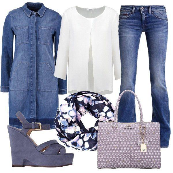 Outfit composto da jeans bootcut, camicetta con scollo tondo e giacca lunga in denim. Completano il look la sciarpa a fantasia floreale, la borsa a mano ed i sandali con zappa.
