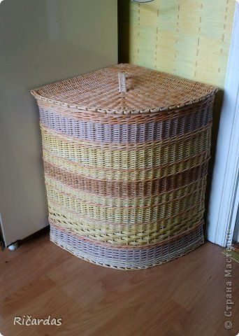 Corner storage basket
