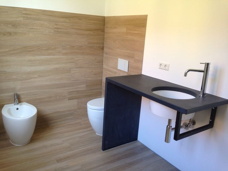 holzfliesen bad badezimmer holzfliesen in holzoptik und auf dem boden badezimmer badezimmer. Black Bedroom Furniture Sets. Home Design Ideas