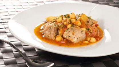 Bruno Oteiza muestra cómo preparar ropa vieja, una receta clásica para aprovechar las sobras del cocido o del puchero, en este caso con garbanzos, carne de cerdo, chorizo y varias hortalizas.