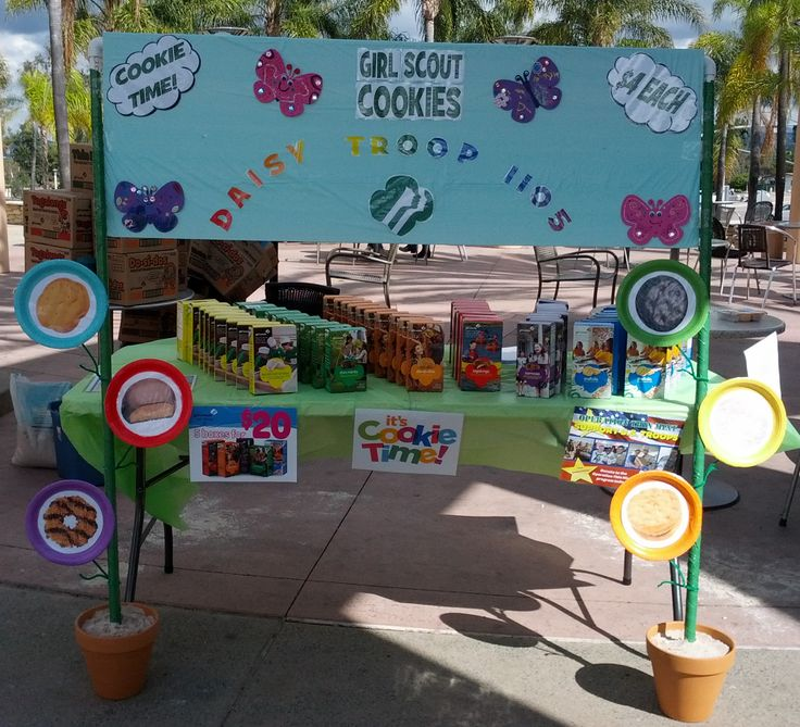 """2013 Cookie Booth Display How-ToLike the round cookie """"plates"""" on side of booth"""
