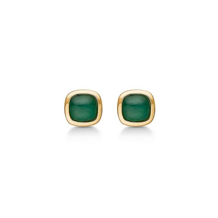 CABOCHON øreringe i 14 karat guld med smaragd.   Elegante øreringe med smukke grønne smaragder, der med sine let afrundede kvadratiske former tilfører et raffineret udtryk til dit look.  CABOCHON øreringene er fra Mads Zieglers Gold Label kollektion.