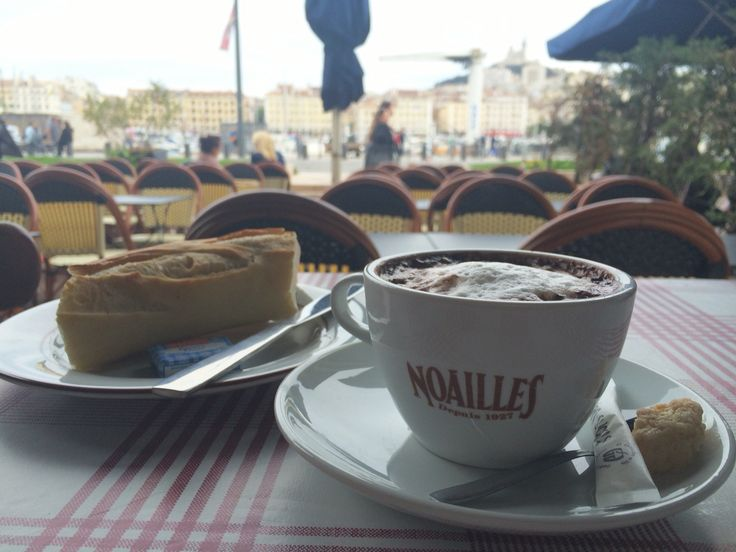 Petit déjeuner en terrasse avec la plus belle vue sur le vieux port de Marseille