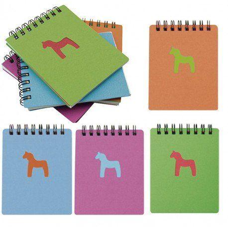 Detalles infantiles: libreta tapas de cartón con un dibujo de un caballo. En su interior 50 hojas de papel blanco, en su interior. #cumpleaños #regalosbaratoscumpleaños #regalos #regalosinfantilesparaelcolegio #niños #futbol #balon #detallesniñosboda #chuches #detallescumpleañosinfantil #huchas #regalosinfantilesboda #regalosparalosniñoscomunion #regalosinfantilesbautizo #regalosparainvitadosdecomunion