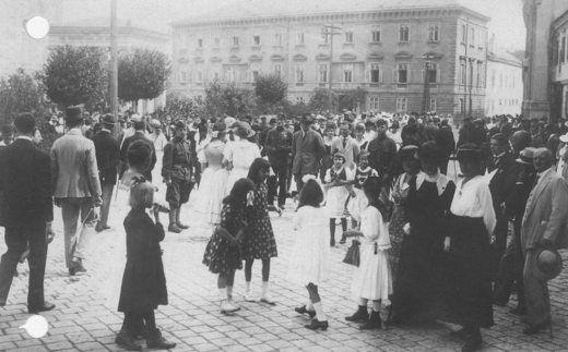 A város apraja-nagyja gyülekezik a Széchenyi téren (1921. szeptember 4.)