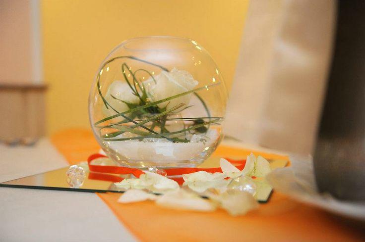 boule con rose e decor vegetali verdi, semplice e d'effetto, compresi nelle nostre proposte