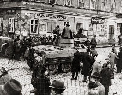 Razzia gegen den Schwarzhandel am Wiener Naschmarkt. Österreich. Photographie. 1945.