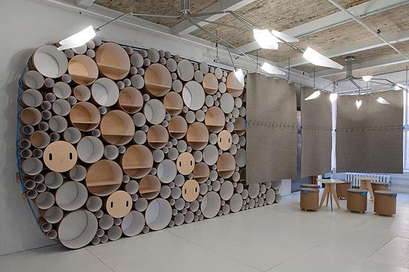 L'agence new-yorkaise Blue Marlin a confié l'agencement de ses bureaux au studio Softlab. Celui-ci a réalisé un espace de rangement modulable constitué de tubes en carton de différents diamètres regroupés à une grande sangle tendue les entourant.