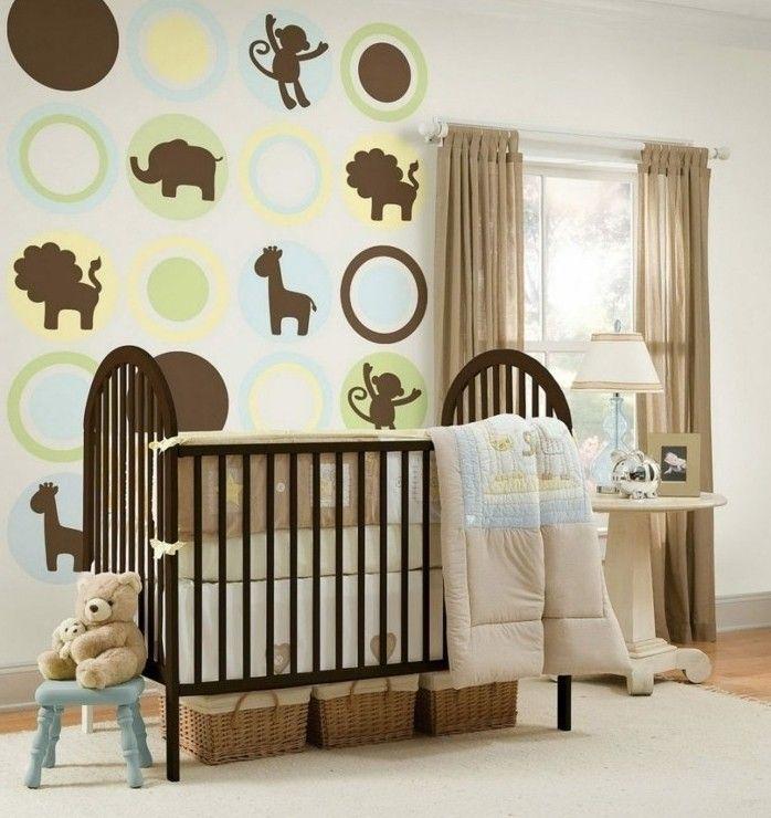 peinture chambre bebe extraordinaire, dessins d'animaux sur les murs, lit à barreaux marron, idée déco chambre bébé originale