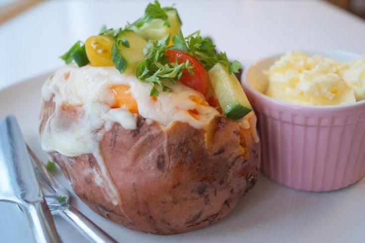 Bagte søde kartofler toppet med friske grøntsager og persille.